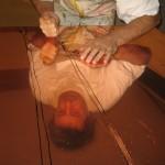 Johannes beim bearbeiten einer Kupferplatte